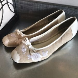 Soft style hush puppies linen floral flats